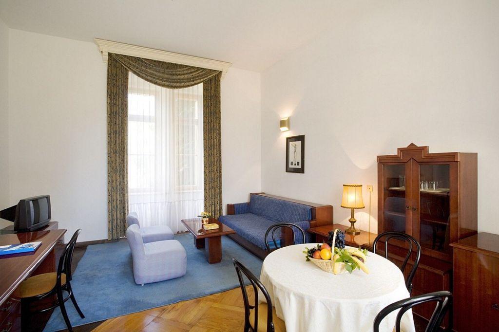 Castle_ Isabella_Zeus_living_room